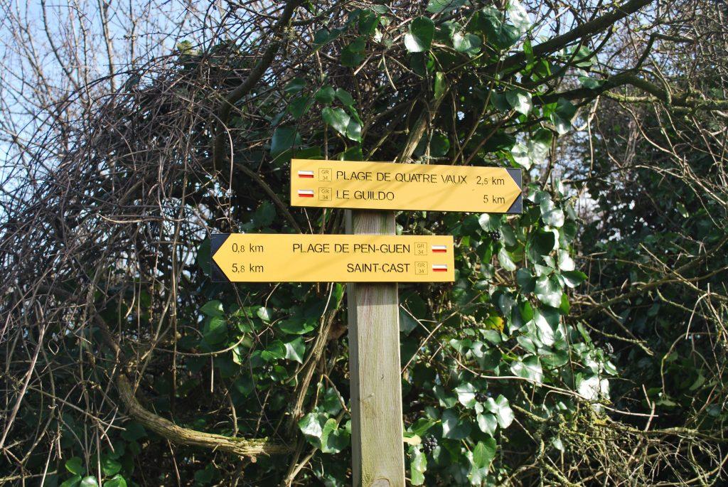 Panneaux indiquant la direction du GR 34 à la Pointe du Bay