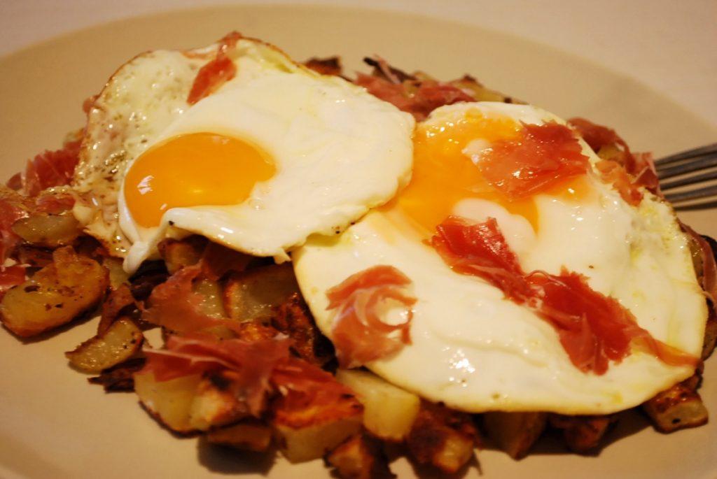 Huevos rotos avec du jambon