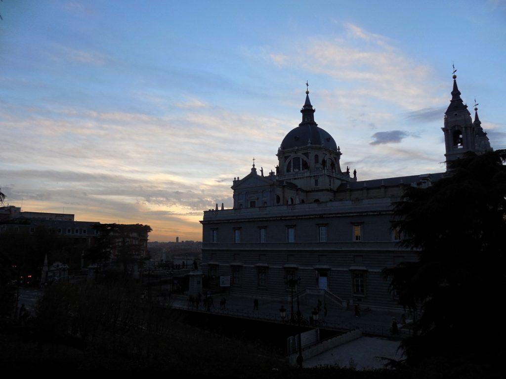 La Cathédrale de la Almudena au coucher du soleil